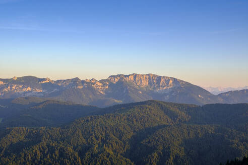 Aussicht vom Angerl Kopf auf die Alpen, mit Benediktenwand, bei Bad Heilbrunn, Oberbayern, Deutschland - LBF02683