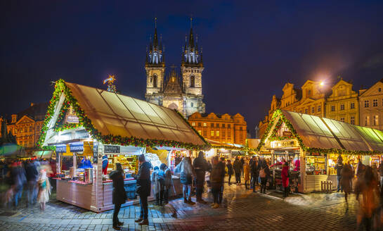 Church of Tyn and Christmas Markets, Staromestske namesti (Old Town Square), Stare Mesto (Old Town), UNESCO World Heritage Site, Prague, Czech Republic, Europe - RHPLF08363