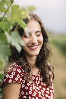 Portrait of laughing young woman in the vineyards - ALBF01043