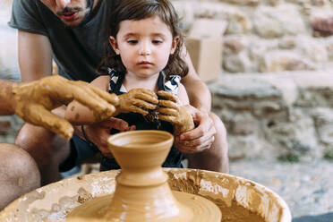 Father and daughter in a pottery workshop - GEMF03128