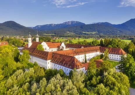 Kloster Benediktbeuern, Benediktbeuern, hinten Benediktenwand, Tölzer Land, Luftbild, Alpenvorland, Oberbayern, Bayern, Deutschland - SIEF08999