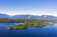 Scenic view of Lake Staffelsee and mountains against clear blue sky, Wörth, Germany - LHF00685