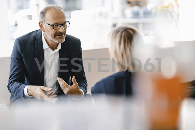 Businessman and woman having a meeting in a coffee shop, discussing work - KNSF06328 - Kniel Synnatzschke/Westend61