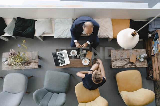 Businessman and woman having a meeting in a coffee shop, discussing work - KNSF06418 - Kniel Synnatzschke/Westend61