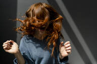 Redheaded woman screaming and moving - KNSF06456