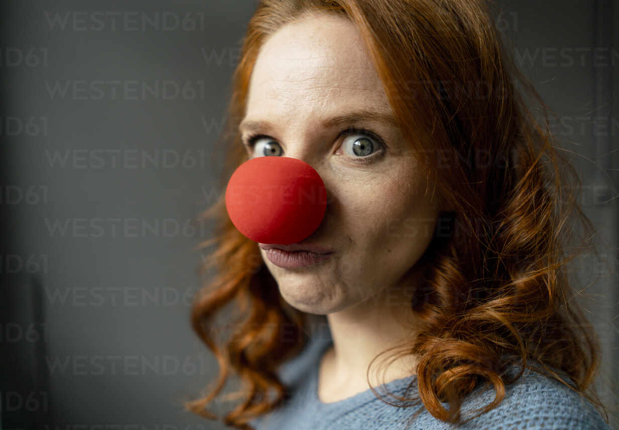 Portrait of redheaded woman with clown's nose - KNSF06465 - Kniel Synnatzschke/Westend61