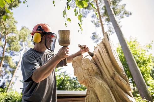 Holzbildhauer,Künstler,Skulptur,Engel,Kiefer,Hammer,Holzhammer,Stecheisen,Stemmeisen,schnitzen,Kreativität,Brandenburg,Deutschland - BFRF02069