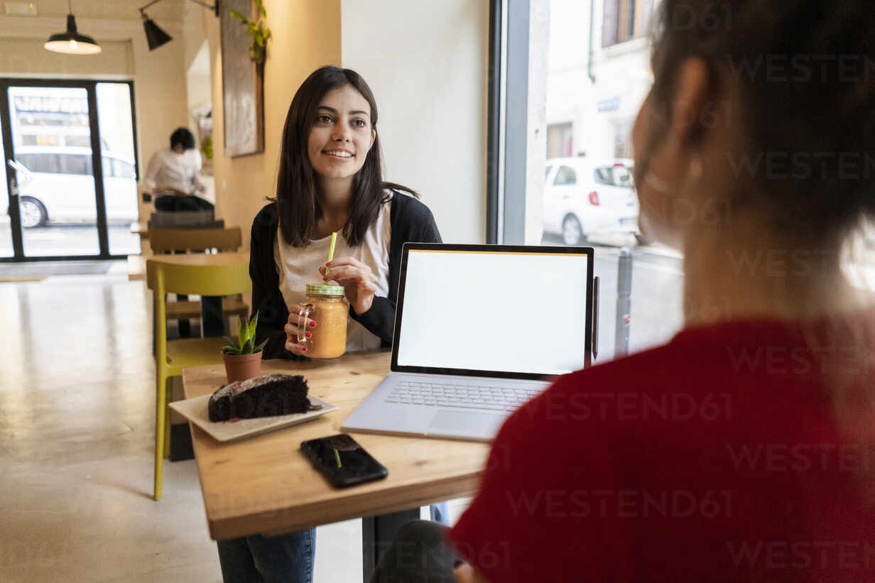 Two young women with laptop in a cafe - GIOF07133 - Giorgio Fochesato/Westend61
