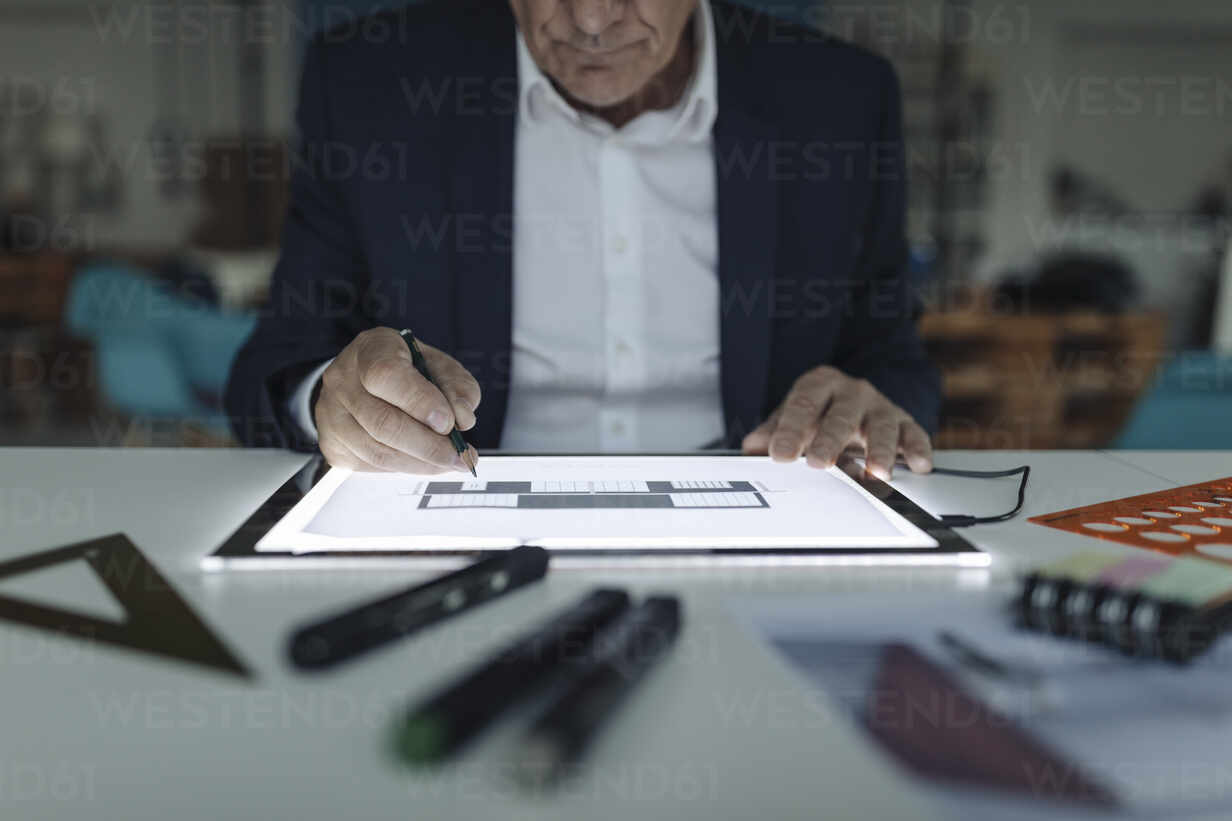 Close-up of senior businessman drawing on shining tablet - GUSF02561 - Gustafsson/Westend61
