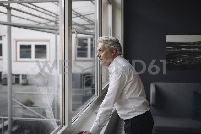 Senior businessman looking out of the window - GUSF02567 - Gustafsson/Westend61