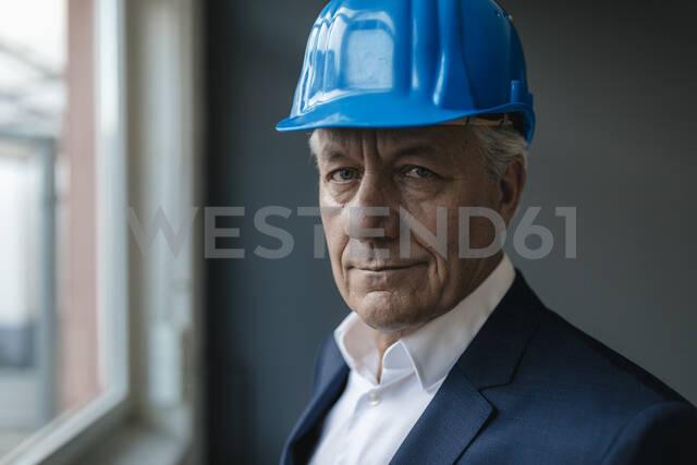 Portrait of a confident senior businessman wearing hard hat - GUSF02600 - Gustafsson/Westend61