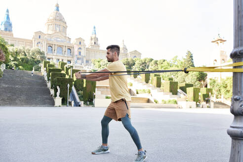 Man doing fitness exercise outdoors in the city - JNDF00102