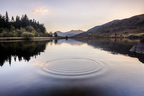 Llynnau Mymbyr Lake at sunset, Capel Curig, Snowdonia National Park, North Wales, United Kingdom, Europe - RHPLF10328