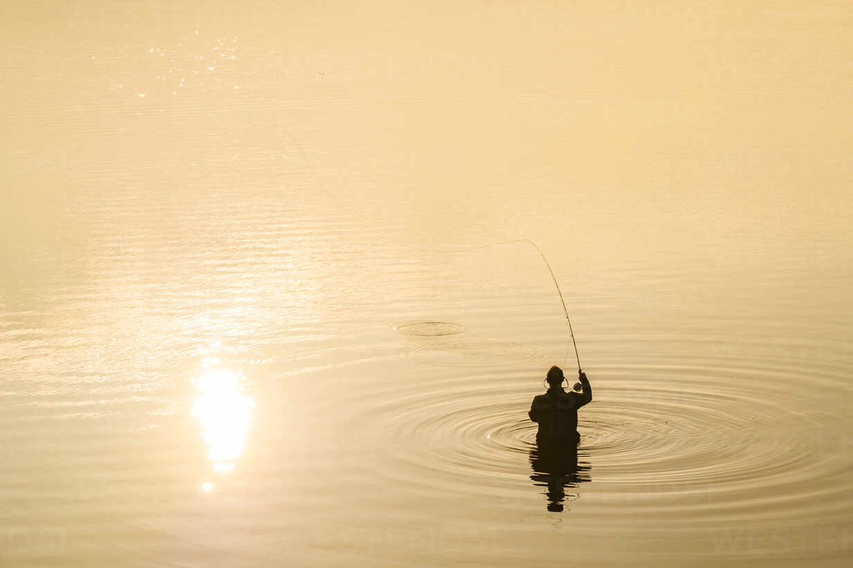 Person fishing - JOHF00728 - Johner Images/Westend61
