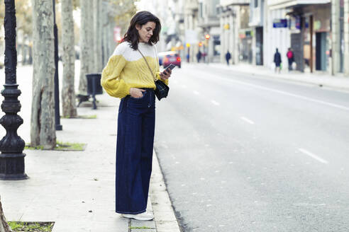 Brunette woman using her smartphone in the city - JSRF00567