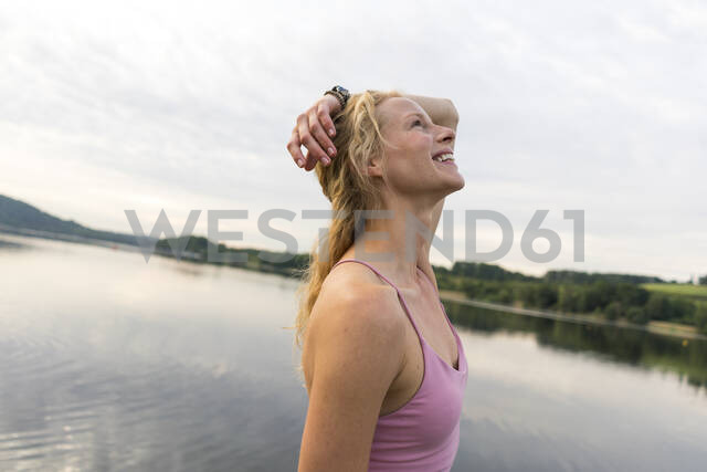Happy young woman at a lake - JOSF03616 - Joseffson/Westend61