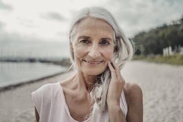 Senior woman at the sea, portrait - JOSF03749