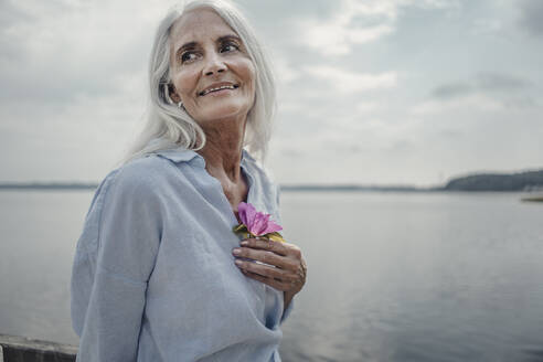 Senior woman at the sea, portrait - JOSF03767