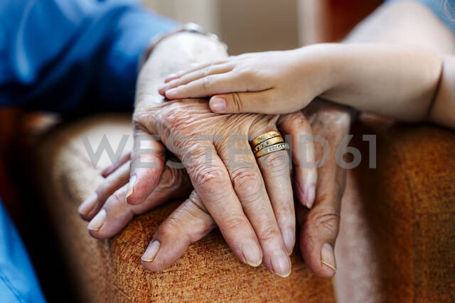 Elderly couple and baby's hand, generations together - GEMF03155 - Gemma Ferrando/Westend61