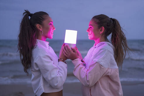 girls on the beach lit with led light smiling/SPAIN/ALICANTE/ALICANTE - DLTSF00151
