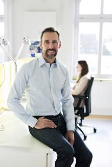 Geschäftsfrau, Geschäftsmann, Hamburg, Deutschland, Büro - MIKF00014