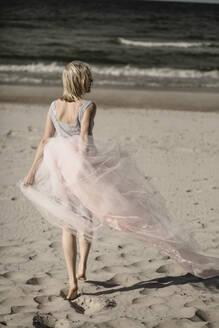Junge Frau mit Kleid am Strand, Rügen, Deutschland - JESF00351