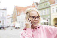 Portrait of blond woman using smartphone - JESF00370