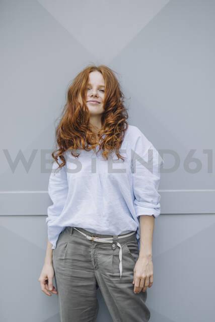 Portrait of beautiful redheaded woman standing at a wall - KNSF06718 - Kniel Synnatzschke/Westend61