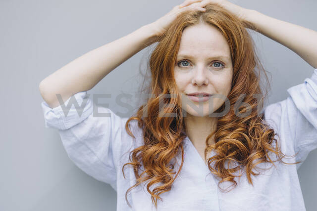 Portrait of beautiful redheaded woman at a wall - KNSF06721 - Kniel Synnatzschke/Westend61