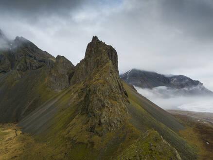 Iceland, Rough brown mountains along shore of Jokulsarlon - DAMF00068