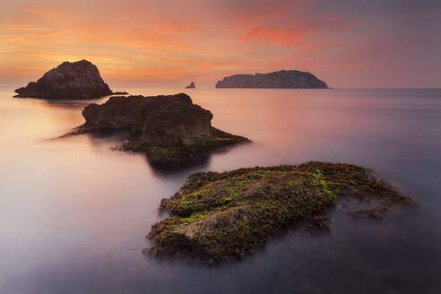 Spain, Girona, Lustrate, Scenic view of Medes Islands at dawn - XCF00249