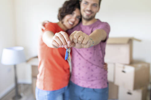 Happy couple showing the keys of the new home - WPEF01926