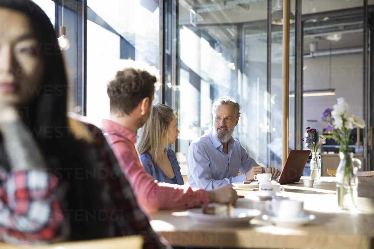 Casual business people having a meeting in a cafe - FKF03650 - Florian Küttler/Westend61