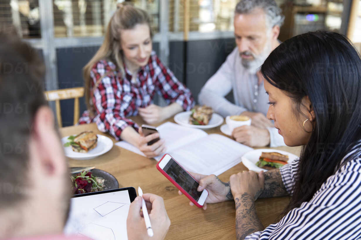 Casual business people having a meeting in a cafe - FKF03692 - Florian Küttler/Westend61