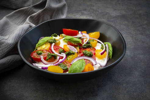 Cottage cheese with colorful cocktail tomatoes, red onion and pesto - LVF08302