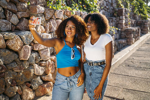 Portrait of two young women taking selfie with smartphone - MPPF00041