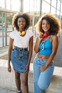 Portrait of two smiling young women with headphones - MPPF00080