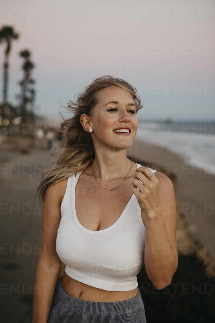 Happy young woman on the beach, Huntington Beach, California, USA - LHPF01066 - letizia haessig photography/Westend61