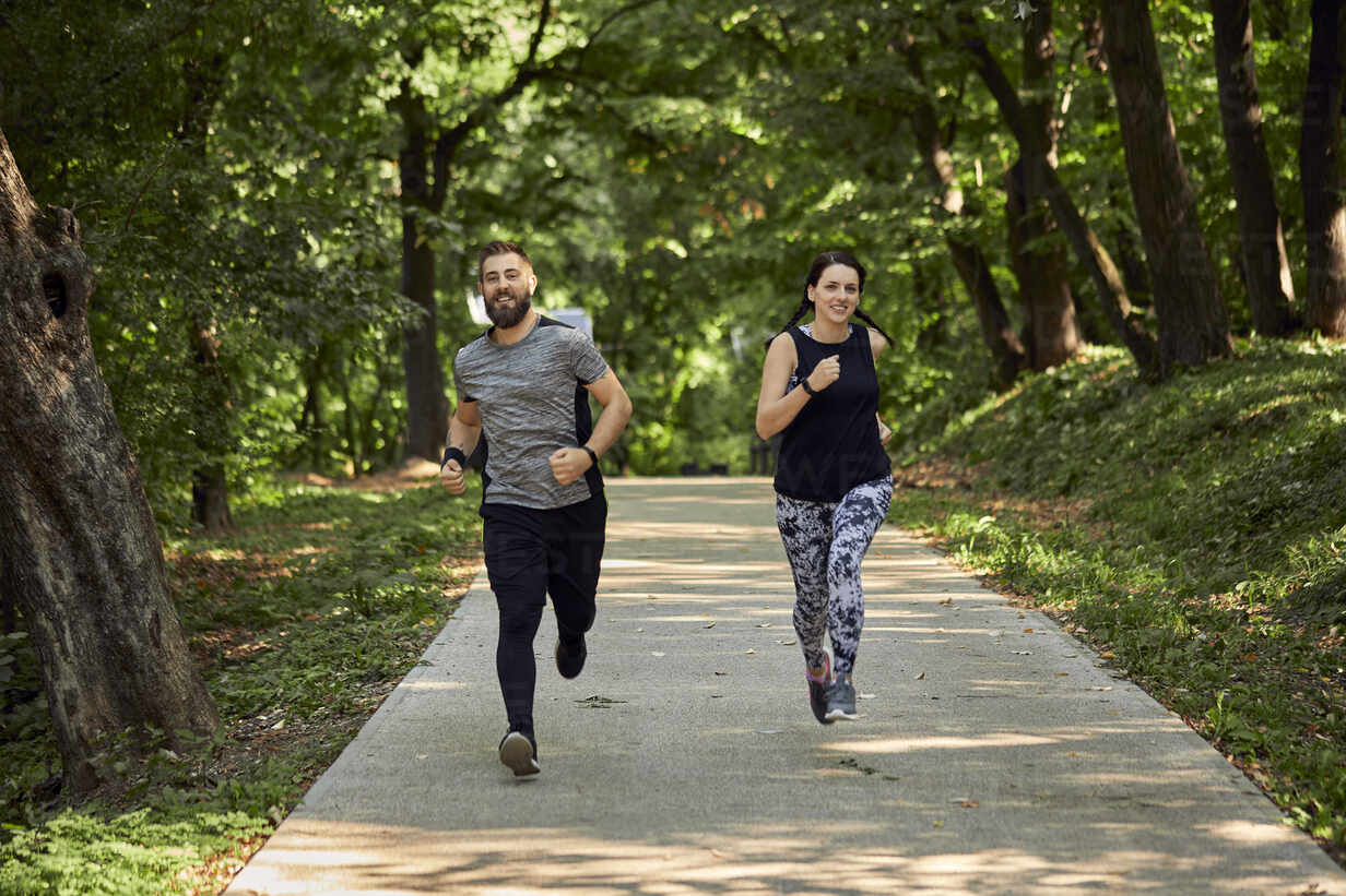 Sporty couple running on forest path - ZEDF02627 - Zeljko Dangubic/Westend61