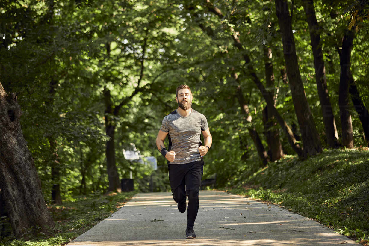 Sporty man running on forest path - ZEDF02630 - Zeljko Dangubic/Westend61