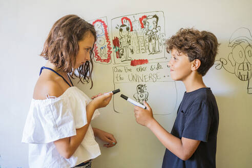 Girl and boy drawing on a whiteboard - DLTSF00230