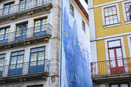 Portugal, Porto, Cat mural on townhouse wall seen from below - MRF02209