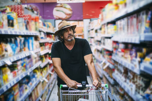Senior man shopping in a supermarket - CJMF00120