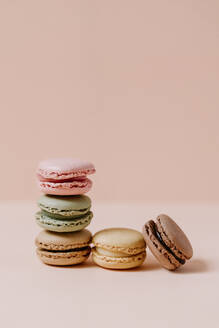 macarons on pink background - JMHMF00003