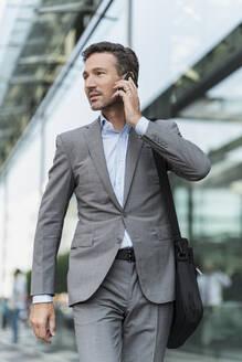 Portrait of businessman on the phone - DIGF08489