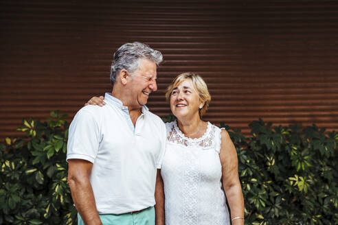 Happy senior couple outdoors - MOSF00015