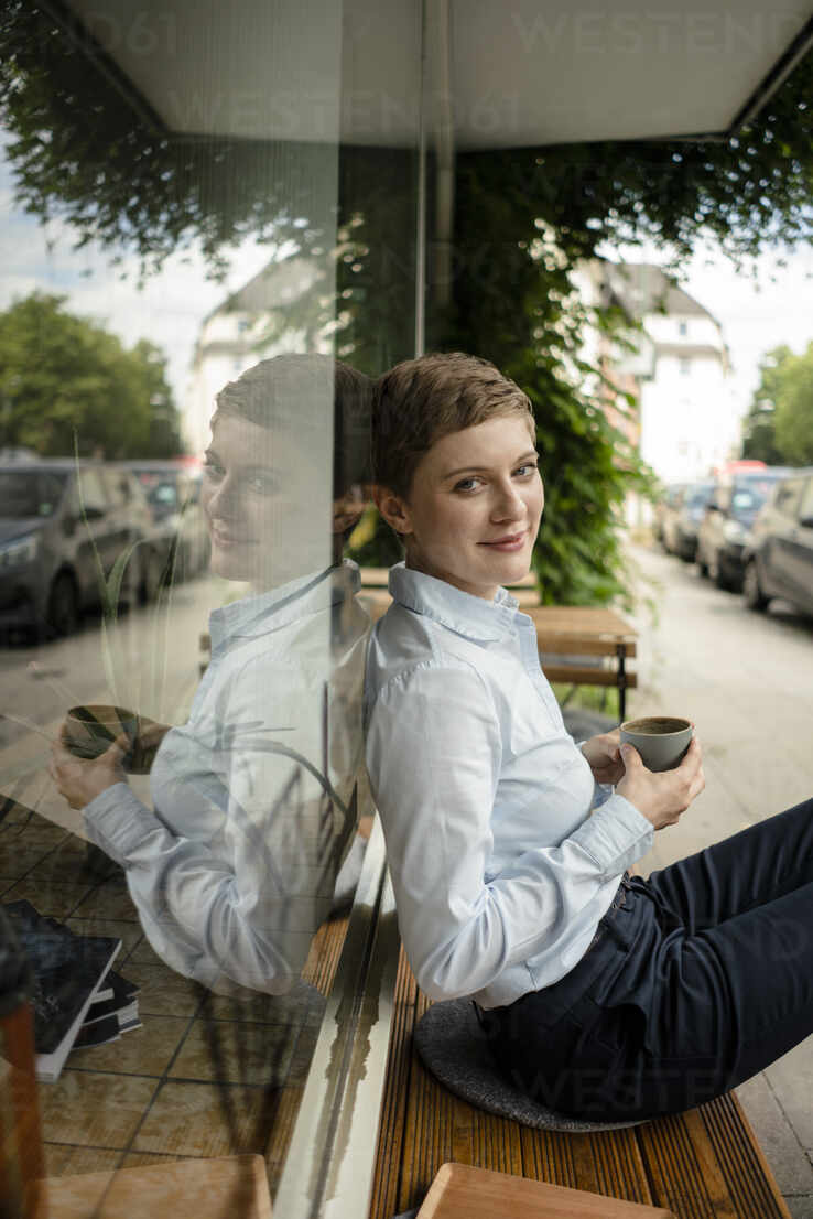 Portrait of a relaxed businesswoman at a cafe - KNSF06791 - Kniel Synnatzschke/Westend61