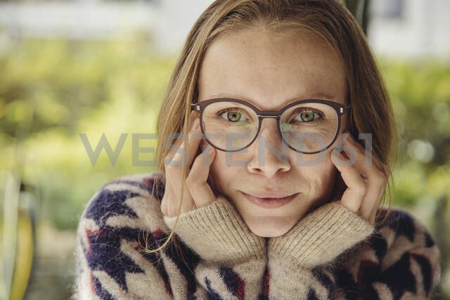 Portrait of young woman with glasses wearing fluffy sweater - MFF04880 - Mareen Fischinger/Westend61