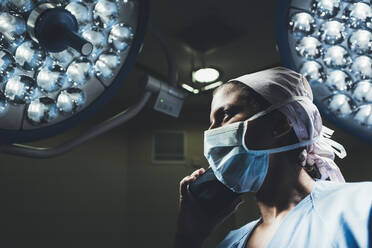 Nurse on the phone in operating room - DAMF00191