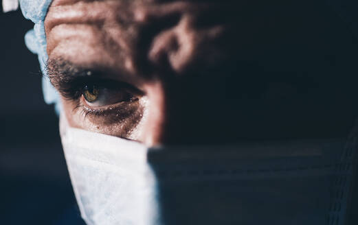 Close-up of a focused surgeon - DAMF00194